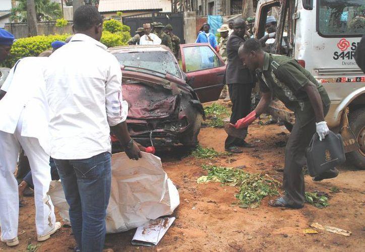 Rescatistas en la escena de la explosión de una de las dos bombas en Kaduna, Nigeria, este miércoles 23 de julio de 2014. (Foto:AP)