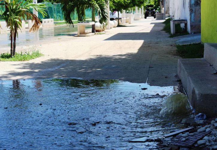 Un rebosamiento de aguas negras ocurrió el domingo en la zona federal con calle 4 de Playa del Carmen. (Octavio Martínez/SIPSE)