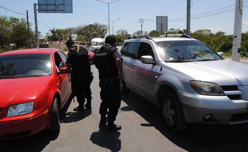 Las autoridades arman operativos y retenes para localizar a delincuentes. (Eric Galindo/SIPE)