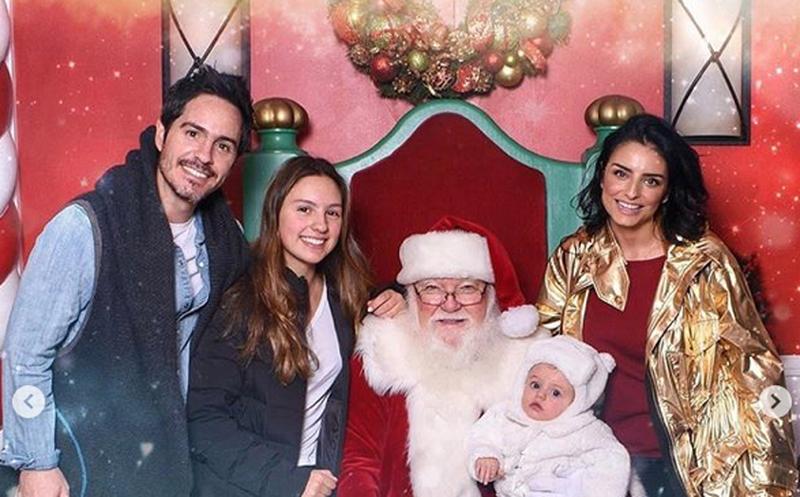 Sorprende foto navideña de familia Derbez con