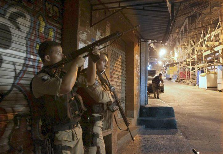 Un policía participa en un operativo en una favela de Río de Janeiro. (Archivo/EFE)