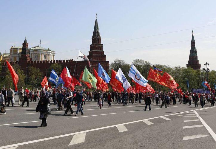 """Algunos participantes en la marcha en Moscú portaban carteles que decían """"vámonos de vacaciones a Crimea"""". (Foto: Denis Tyrin/AP)"""