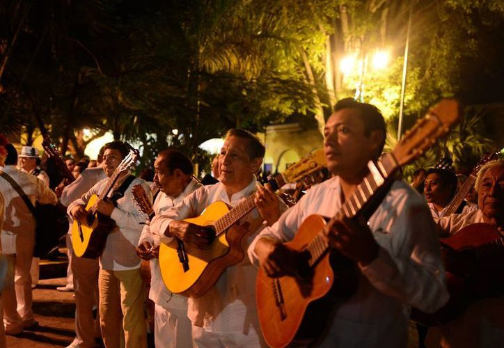 La trova yucateca es una expresión musical que se mantiene viva en Yucatán. La imagen es de la reciente alborada con motivo del aniversario de Mérida. (Luis Pérez/SIPSE)