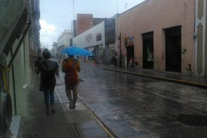 Lluvia de mediodía sorprende a meridanos