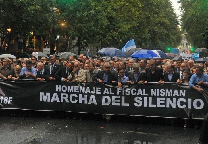 Personas participan en una marcha en homenaje de Alberto Nisman el 18 de febrero de 2015, por la avenida de Mayo en Buenos Aires, Argentina. (Archivo/EFE)