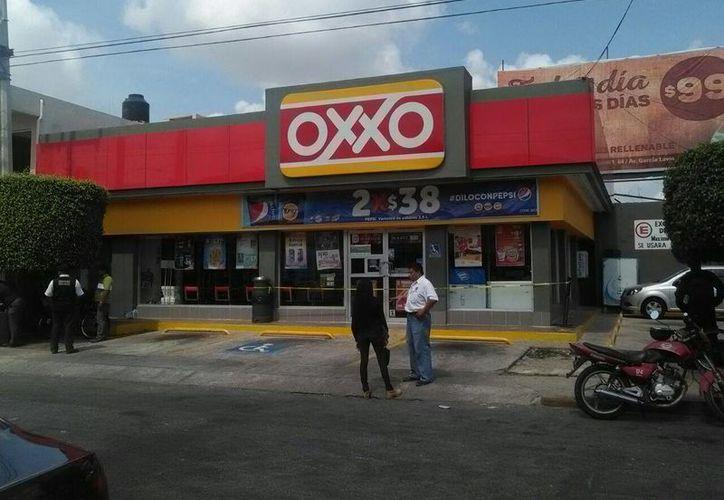 Poco despues de las 10:00 horas, un sujeto asaltó el Oxxo en la calle 36 con avenida 7 de la colonia de San Damián. (Luis Fuente/Milenio Novedades)