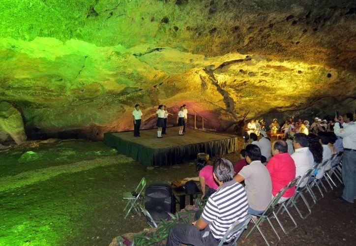 Pequeños de Hocabá recitaron poemas a favor del cuidado de los cenotes y presentaron una obra teatral. (Milenio Novedades)