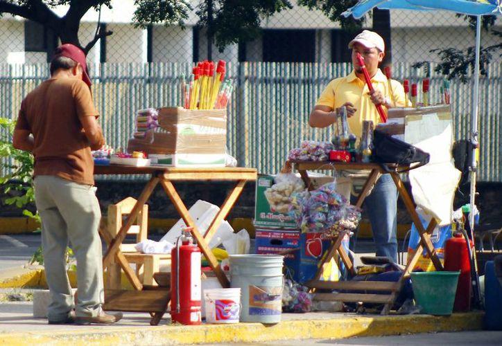 Puestos de venta de pirotecnia se instalan por toda la ciudad. Tienen permiso del Ayuntamiento hasta mañana para vender. (Milenio Novedades)