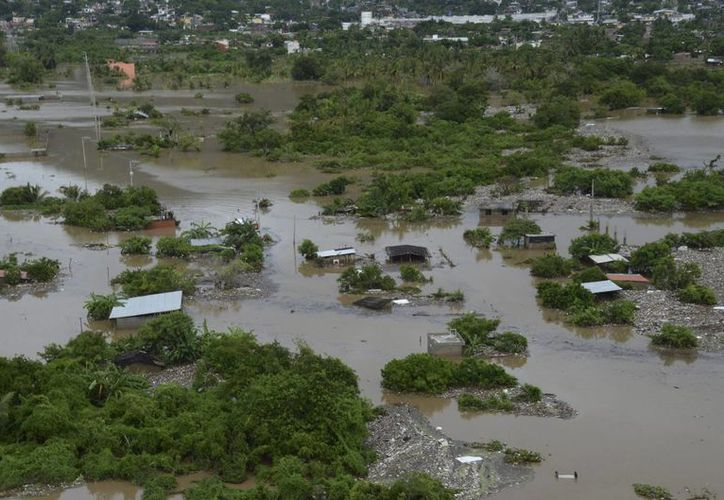 Un barrio de bajos ingresos quedó cubierto por las inundaciones causadas por la tormenta tropical Manuel en Acapulco. (Agencias)