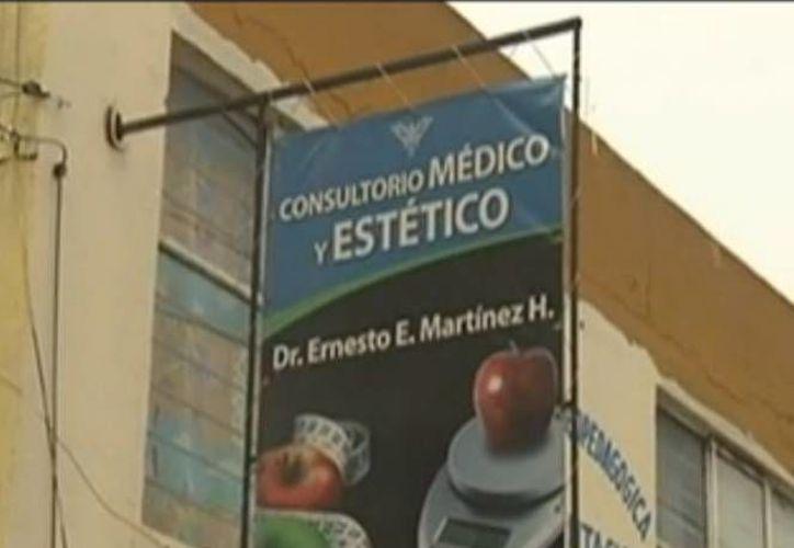 El anuncio de la clínica donde el médico practicaba operaciones estéticas. (excelsior.com)