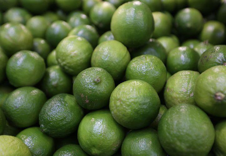 El limón se vende en $3.50 en los mercados como el Lucas de Gálvez y el San Benito. (Notimex)