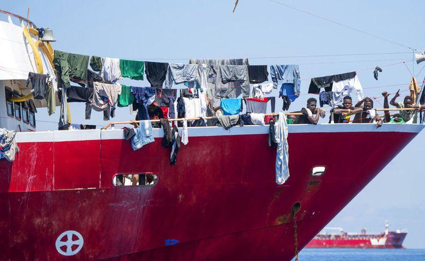 Migrantes secan su ropa a bordo de embarcaciones turísticas a unos 20 kilómetros de Malta. (AP Foto/Rene' Rossignaud)