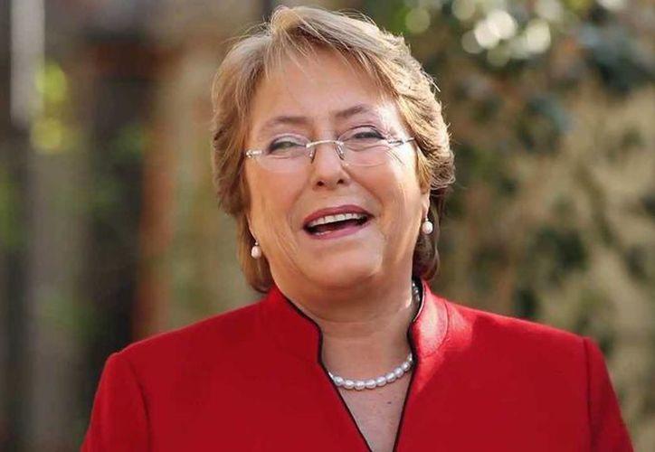 Michelle Bachelet incorporará por primera vez a su gabinete al Partido Comunista que ocupará las carteras del Servicio Nacional de la Mujer y la subsecretaría del Trabajo, y que después de 40 años vuelve al Gobierno. (Internet)