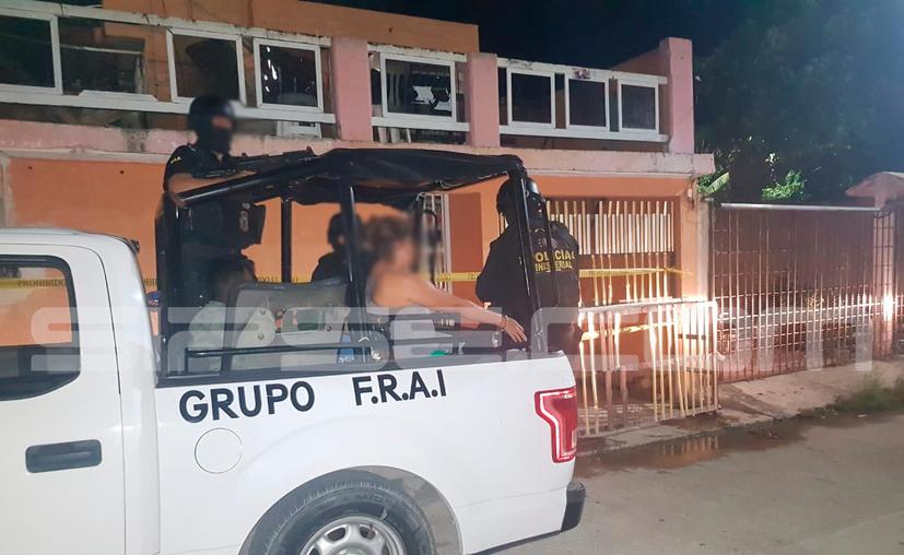Cinco hombres y una mujer fueron llevados al Ministerio Público tras el cateo. (Redacción/SIPSE)