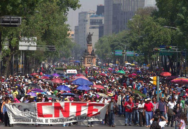 Los maestros marcharon este jueves a lo largo del Paseo de la Reforma y volvieron a su campamento en el Monumento a la Revolución. (Notimex)