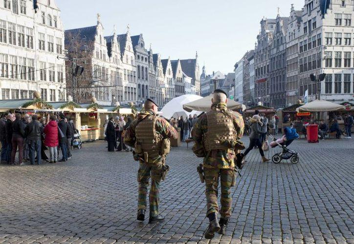 Los soldados del Ejército belga patrullan un mercado de Navidad en la plaza principal de Amberes, Bélgica, el martes 20 de diciembre de 2016, un día después de que un camión entró en un concurrido mercado navideño y mató a decenas ayer por la noche en Berlín, Alemania. (Foto AP / Virginia Mayo)