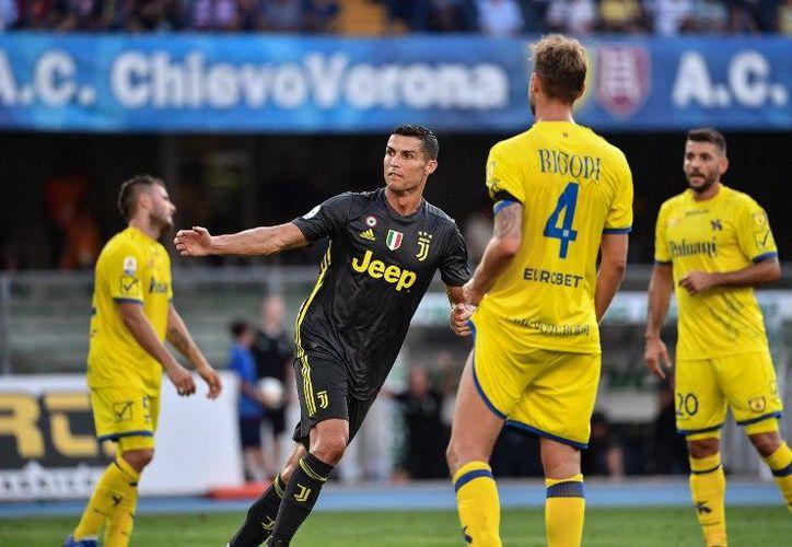 La Juventus, con Cristiano Ronaldo en la cancha, venció 3-2 en su visita al Chievo Verona. (AFP)