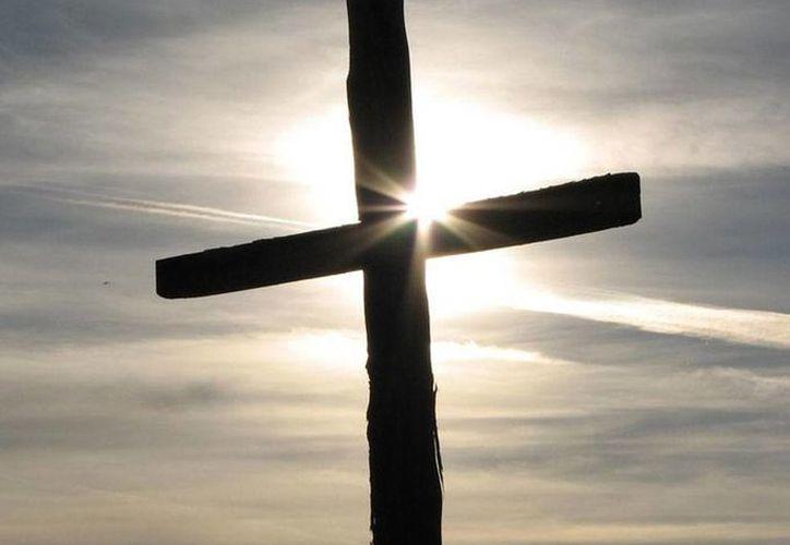 Dios es amor, y la prueba es que entregó a su Hijo a la muerte de cruz como testigo de ese amor y misericordia. (vicencianos.org)