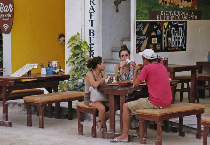 En los destinos turísticos es de suma importancia brindar al visitante el pago electrónico. (Jesús Tijerina/SIPSE)
