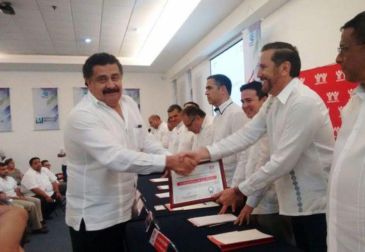 Imagen de la entrega de reconocimiento por parte de Infonavit a una de las 36 'Empresas de diez'. (José Salazar/SIPSE)