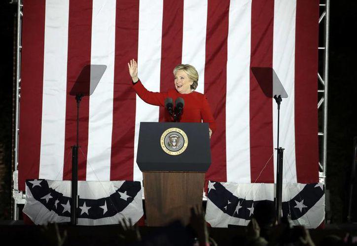Según The Washington Post, Hillary Clinton aparece con 275 votos electorales, cinco más de los necesarios para ganar, comparado con 215 para el republicano Trump, mientras persisten tres estados indecisos. (AP)
