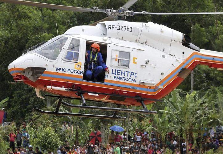 Imagen de un helicóptero perteneciente a los equipos rusos de rescate. (EFE)