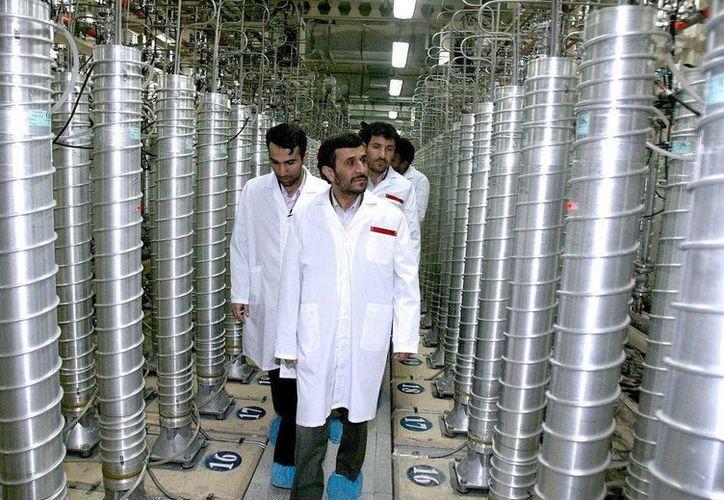 El presidente iraní, Mahmud Ahmadineyad (c), visita la planta atómica de Natanz, Irán, en imagen de archivo. (EFE)