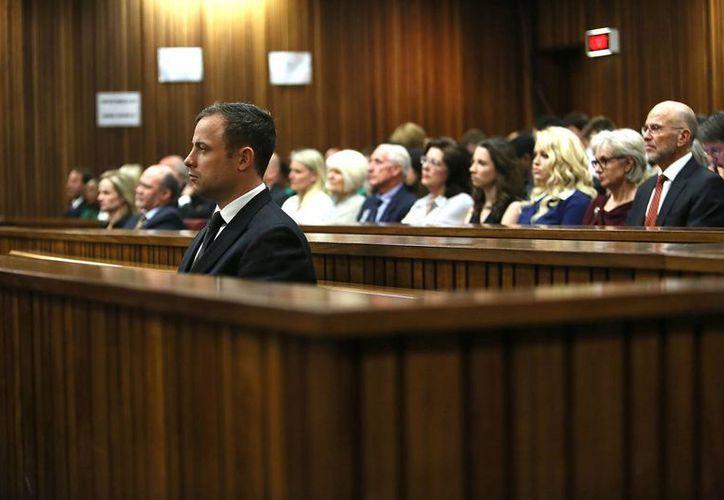 Pistorius se salvó de recibir cadena perpetua por el asesinato de su novia, pero todavía enfrenta una pena de al menos 15 años en prisión. (Foto: AP)