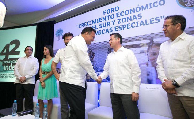 El gobernador Rolando Zapata se reunió con funcionarios estatales y federales, y legisladores y empresarios en la inauguración del  foro 'Crecimiento económico del sur y Zonas Económicas Especiales'. (José Acosta/SIPSE)