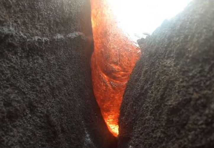 La intención del guía era retirar la cámara poco antes de que la alcanzara la lava. (Youtube)