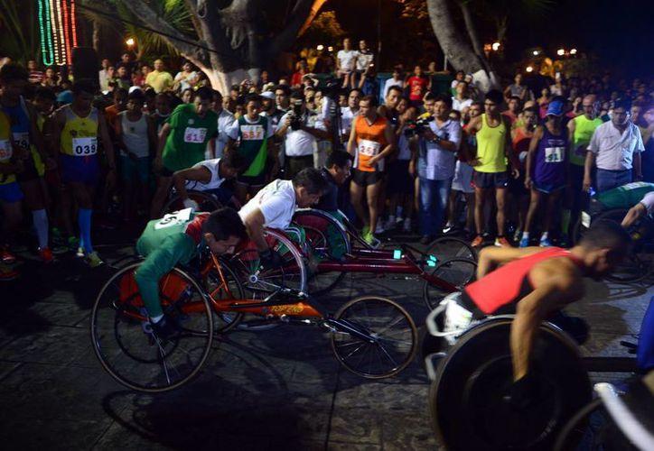 Los únicos que le hicieron competencia al veracruzano ganador de la Carrera de la Independencia fueron, según él, los atletas en sillas de ruedas. (Luis Pérez/Milenio Novedades)