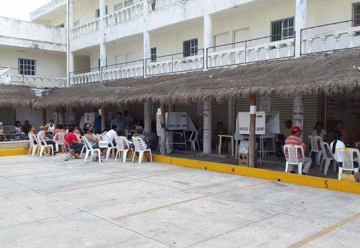 Participación de votantes en el hotel El Jaguar. (Francisco Narajo/SIPSE)