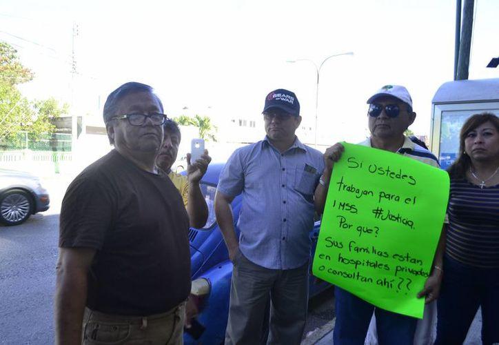 De modo pacífico familiares de pacientes protestaron este sábado afuera del IMSS. (SIPSE)