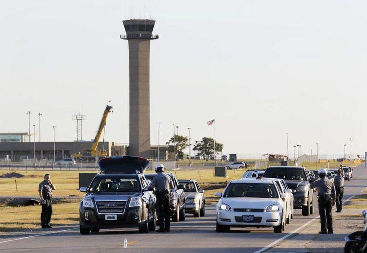Por el incidente en el aeropuerto de Oklahoma, la policía dispuso el desvío de vuelos de llegada y rehusó autorizar el despegue de aeronaves. (Foto: Steve Gooch/The Oklahoman vía AP)