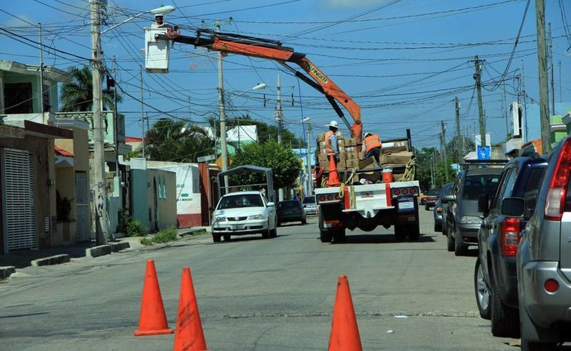 La Comuna continúa sustituyendo las lámparas en Mérida. (José Acosta/Milenio Novedades)