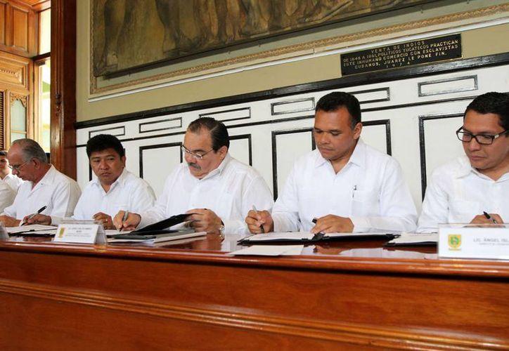 La firma de los convenios entre el gobierno de Yucatán y la Sedatu. (Cortesía)