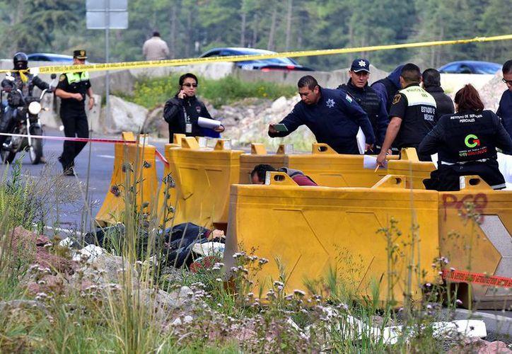 En los últimos días de octubre se encontraron cuatro cuerpos en la México-Toluca, los cadáveres eran de delincuentes que fueron asesinados por una persona que fue asaltada por ellos. (David Deolarte/Proceso)