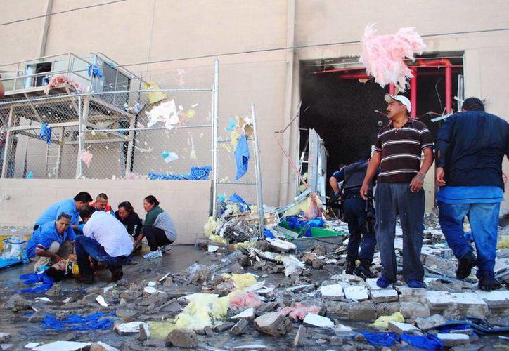 La explosión hizo caer el segundo piso del edificio. (Agencias)