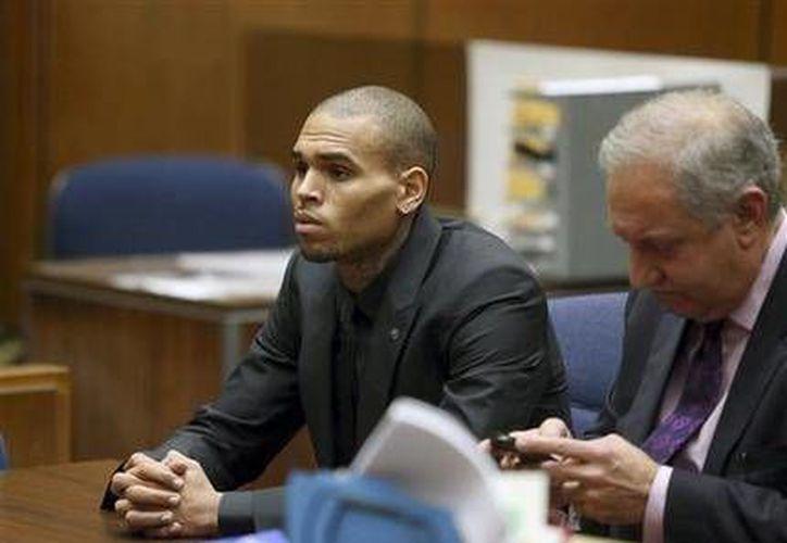 El cantante de R & B Chris Brown con su abogado Mark Geragos durante la audiencia del 20 de noviembre de 2013 en Los Angeles. (Archivo/AP)