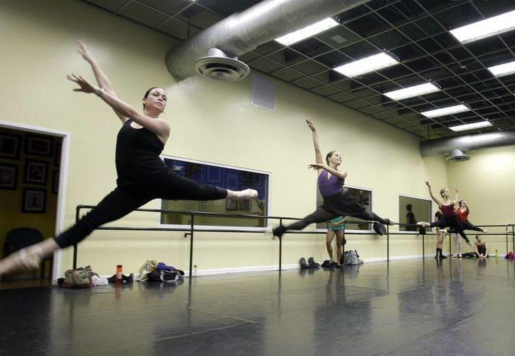 Bailarinas cubanas practicando en un estudio de ballet en Miami. (Agencias)