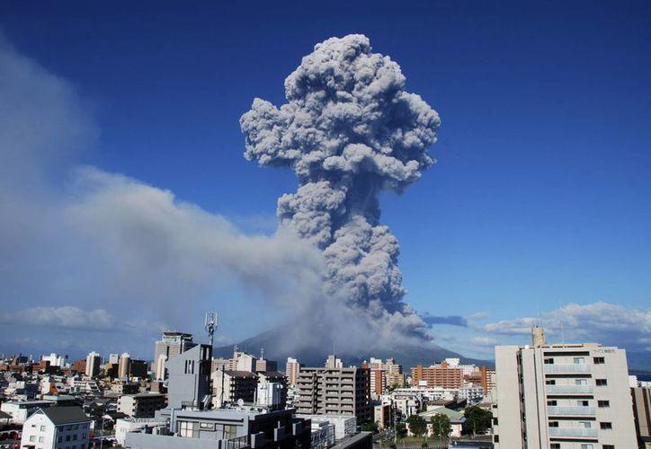 La erupción del volcán Sakurajima el domingo por la tarde. (Agencias)