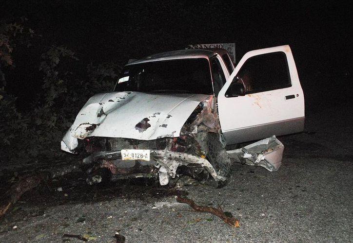 Una camioneta quedó convertida en hierros retorcidos al salirse de la carretera en el tramo Panabá-San Felipe. (Milenio Novedades)