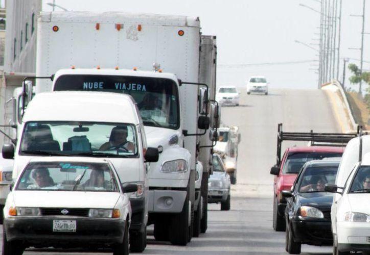 El deterioro del asfalto en Périférico perjudica no sólo a transportistas, sino a todos los conductores y sus vehículos. (SIPSE)