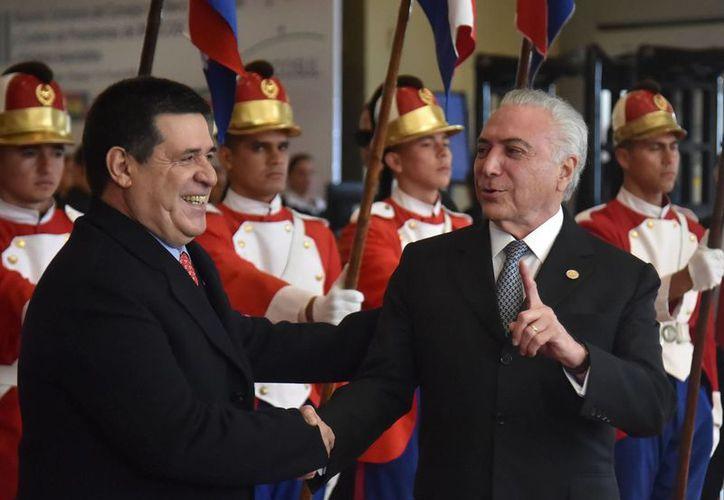 El presidente de Paraguay, Horacio Cartes, recibe en Asunción a su par brasileño, Horacio Cartes. (AFP)