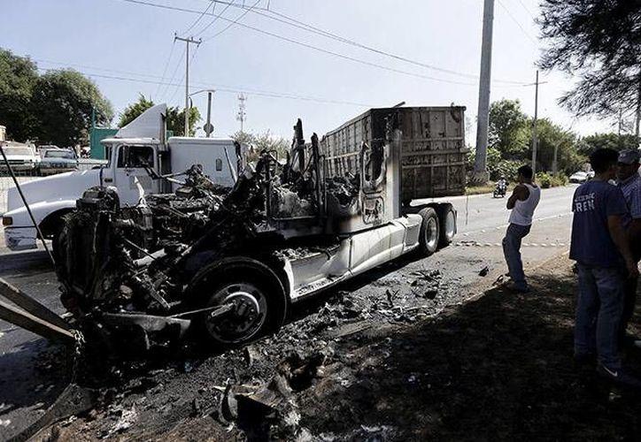 Al final de la jornada hubo 39 bloqueos e inumerables vehículos incendiados en Jalisco, además de un ataque aéreo. (AP)