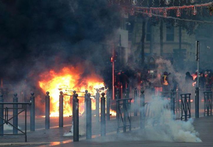 """Donald Trump, insistió en atribuir las protestas de los """"chalecos amarillos"""" en Francia a la supuesta impopularidad del Acuerdo de París contra el cambio climático. (Excélsior)"""
