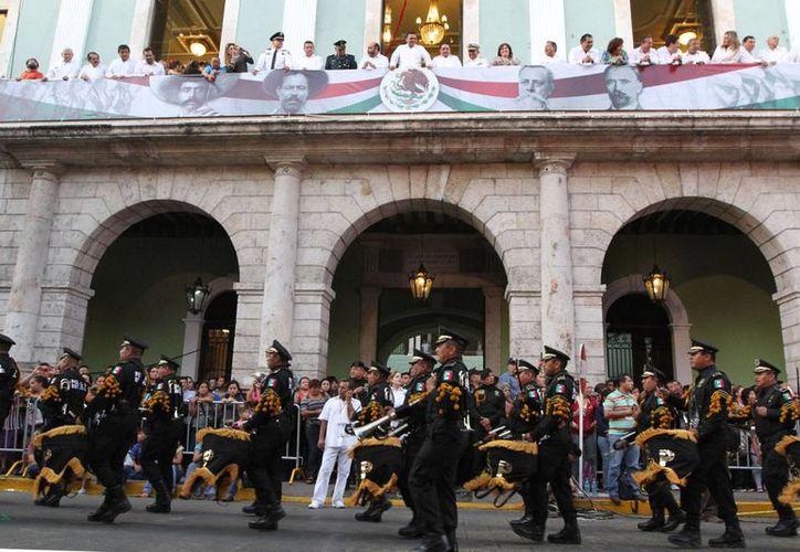 El paso de un contingente revolucionario frente al Palacio de Gobierno. (SIPSE)