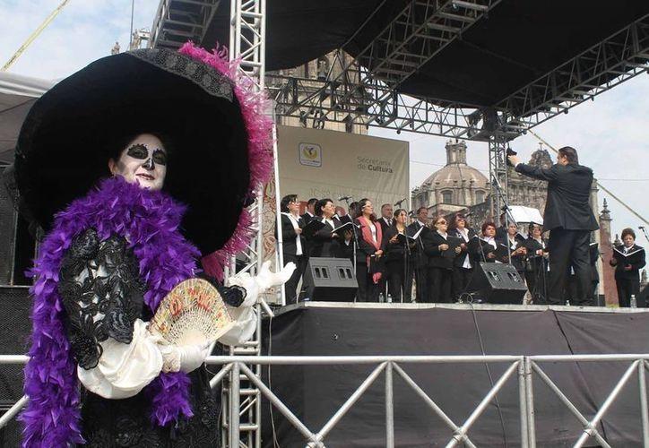 En el zócalo capitalino se reúnen artistas y músicos a rendir homenaje al grabador José Guadalupe Posada a 100 años de su muerte. (Notimex)