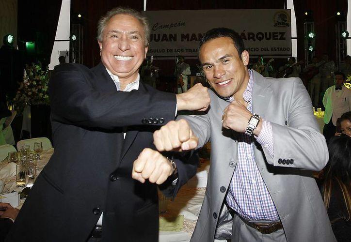 Joel Ayala, líder de la FSTSE, con Juan Manuel Márquez. (Notimex)
