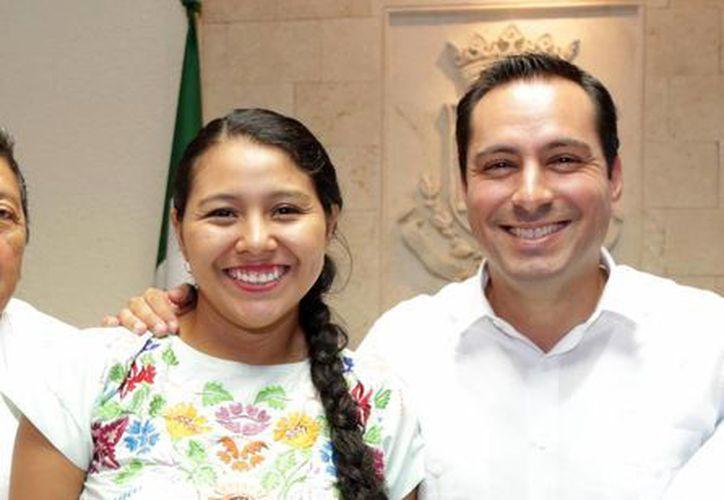 El Alcalde de Mérida entregó un cheque a la ganadora Naiby Nicté May May, del municipio de Tixkokob. (Milenio Novedades)